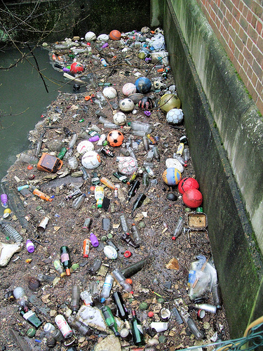 Debris and Pollution in the Duke of Northumberland's River, de Jim Linwood